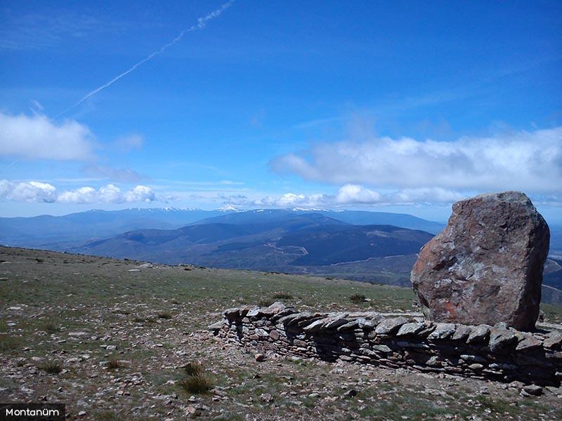 Peña cebollera con vistas a la Sierra Guadarrama
